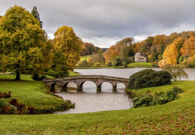 Khu vườn Stourhead ở Warminster (Anh) được xây dựng theo ý tưởng lấy từ bức tranh phong cảnh nổi tiếng của họa sĩ người Pháp Claude Lorraine.