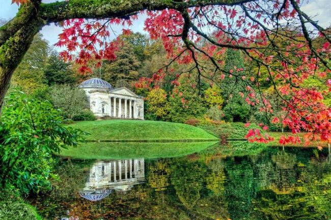 Bên trong khu vườn là những ngôi đền cổ, những hang động mê hoặc, hồ nước tuyệt đẹp và nhiều loài cây quý hiếm.