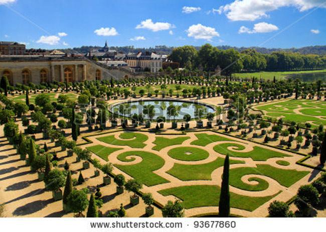 Khu vườn tại lâu đài Versailles thuộc quận Versailles, tỉnh Yvelines (Pháp). Khu vườn hoàng gia này được vua Louis XIV cho xây dựng vào thế kỷ 17. Nó đánh dấu sức mạnh tối cao của Vua Mặt Trời. Thậm chí có cả một kênh đào được xây để vua có thể chèo thuyền ngay trong khu vườn.