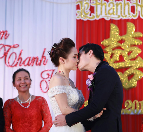Ca sỹ Tình yêu màu nắng sexy trong ngày cưới - 6