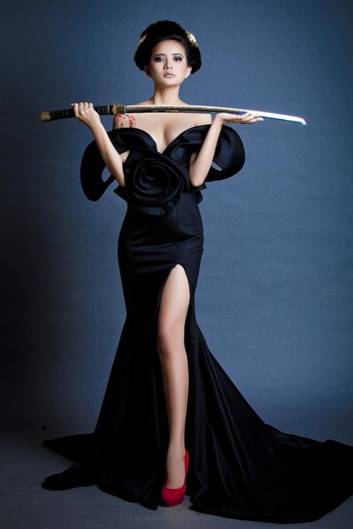 Phan Như Thảo bán khỏa thân, cầm kiếm Nhật - 8