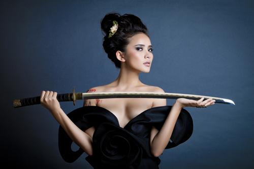 Phan Như Thảo bán khỏa thân, cầm kiếm Nhật - 9