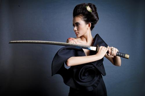 Phan Như Thảo bán khỏa thân, cầm kiếm Nhật - 10