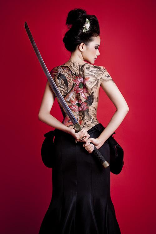 Phan Như Thảo bán khỏa thân, cầm kiếm Nhật - 11