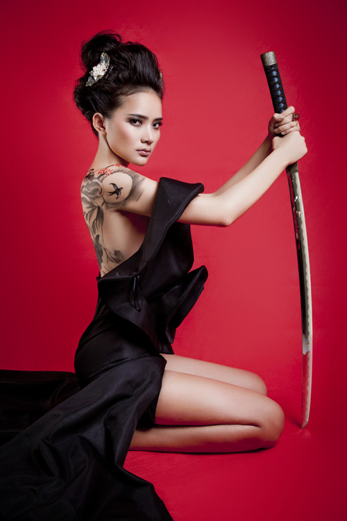 Phan Như Thảo bán khỏa thân, cầm kiếm Nhật - 13