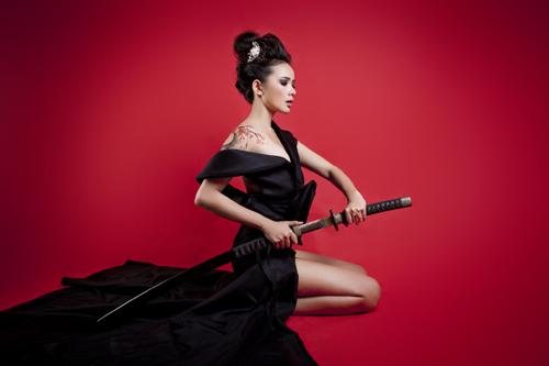 Phan Như Thảo bán khỏa thân, cầm kiếm Nhật - 14