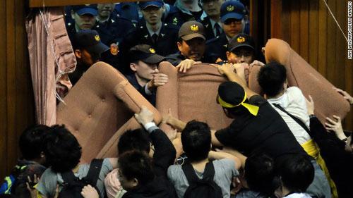 Đài Loan: Sinh viên chiếm nghị viện suốt 3 ngày - 2