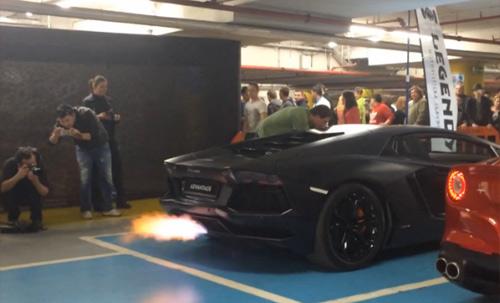 Video: Lamborghini Aventador khạc lửa dữ dội - 1