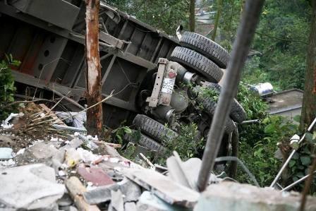 Ô tô tải lao thẳng vào nhà, 2 bố con chết thảm - 2