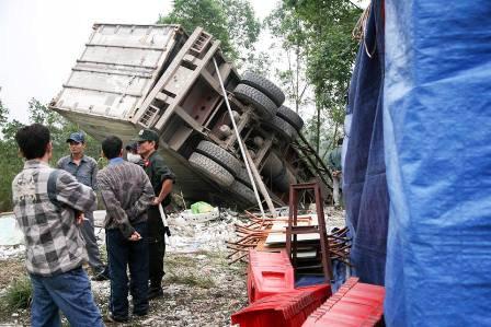 Ô tô tải lao thẳng vào nhà, 2 bố con chết thảm - 3