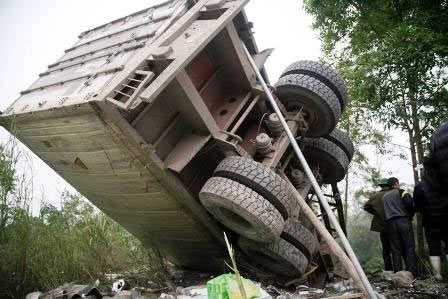 Ô tô tải lao thẳng vào nhà, 2 bố con chết thảm - 4