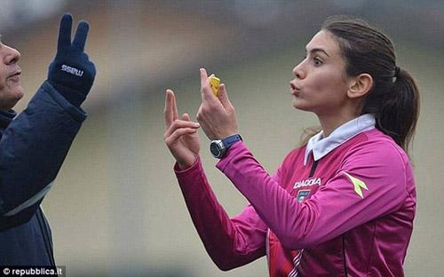 Nữ trọng tài quyến rũ muốn cầm còi ở Serie A - 1