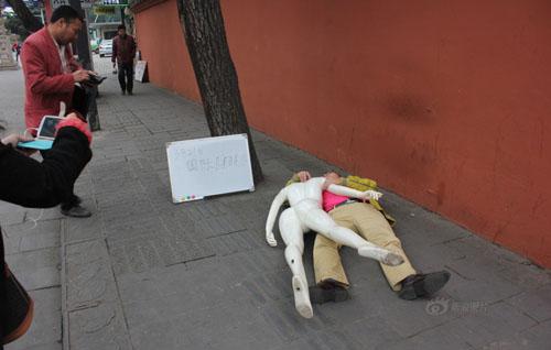 """Ôm búp bê khỏa thân """"ngủ lang"""" trên phố - 5"""