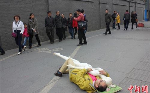"""Ôm búp bê khỏa thân """"ngủ lang"""" trên phố - 3"""