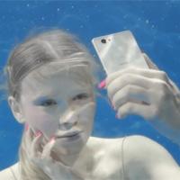 """Xperia Z1 Compact xuống bể bơi """"tự sướng"""" cùng siêu mẫu"""