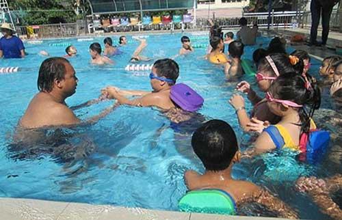 Dạy bơi ở trường học: Để biết bơi, khó lắm! - 1