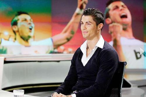 Ronaldo cưa gái sành điệu, cờ bạc hạng xoàng - 1