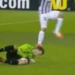 Bóng đá - Tevez đạp vào đầu thủ môn đối phương