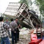 Tin tức trong ngày - Ô tô tải lao thẳng vào nhà, 2 bố con chết thảm