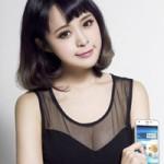 Thời trang Hi-tech - Thiếu nữ diện váy xuyên thấu bên smartphone