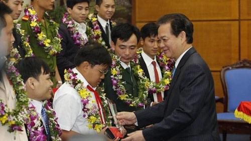 Thủ tướng trao giải thưởng Gương mặt trẻ VN