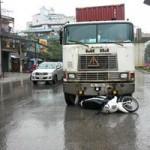 Tin tức trong ngày - Container đâm thẳng vào xe cảnh sát giao thông