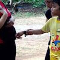 Xử phạt gia đình cậu bé 9 tuổi chữa bệnh bằng sờ
