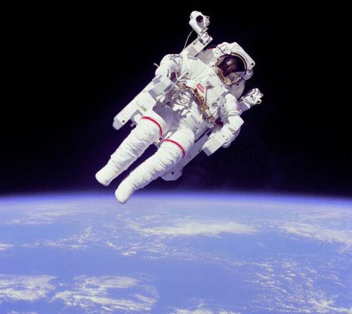 """Chuyên gia vũ trụ """"bắt thóp"""" bom tấn Gravity - 12"""