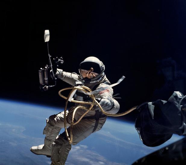 """Chuyên gia vũ trụ """"bắt thóp"""" bom tấn Gravity - 9"""