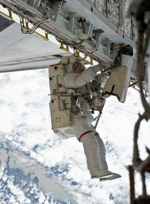 """Chuyên gia vũ trụ """"bắt thóp"""" bom tấn Gravity - 13"""