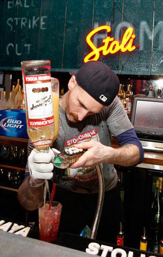 Chàng trai pha chế cocktail nhanh nhất thế giới - 2