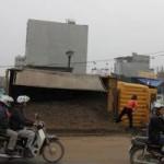 Tin tức trong ngày - Hà Nội: Lật xe tải, lái xe bất tỉnh trong cabin