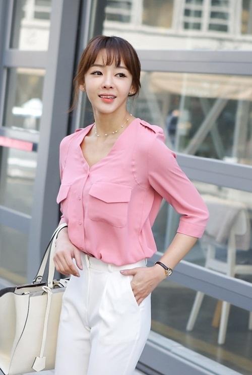 Nếu bạn làm việc trong môi trường đòi hỏi sự chuyên nghiệp và nghiêm túc, thì hãy kết hợp màu sắc quần áo theo kiểu trung tính