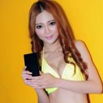 Thời trang Hi-tech - Người đẹp gợi cảm bên smartphone