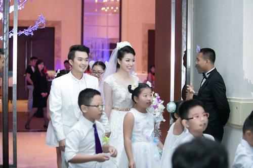 Lê Khánh hạnh phúc bên chồng trong lễ cưới tại Sài Gòn - 6