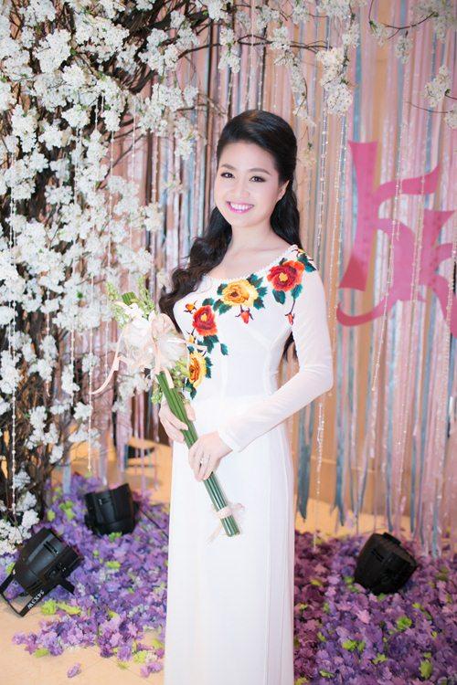 Lê Khánh hạnh phúc bên chồng trong lễ cưới tại Sài Gòn - 4