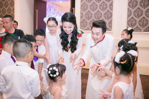 Lê Khánh hạnh phúc bên chồng trong lễ cưới tại Sài Gòn - 5