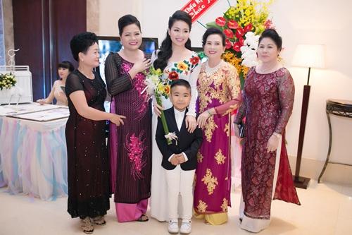 Lê Khánh hạnh phúc bên chồng trong lễ cưới tại Sài Gòn - 3