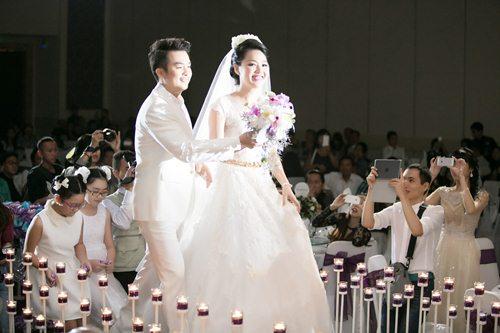 Lê Khánh hạnh phúc bên chồng trong lễ cưới tại Sài Gòn - 7
