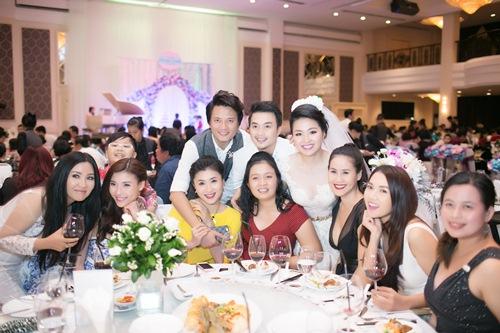 Lê Khánh hạnh phúc bên chồng trong lễ cưới tại Sài Gòn - 13