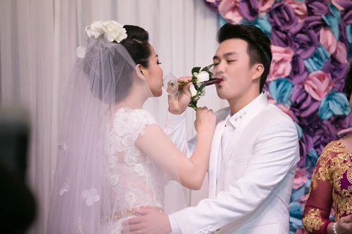 Lê Khánh hạnh phúc bên chồng trong lễ cưới tại Sài Gòn - 10