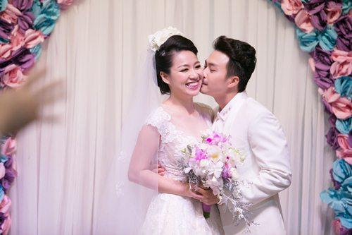 Lê Khánh hạnh phúc bên chồng trong lễ cưới tại Sài Gòn - 11