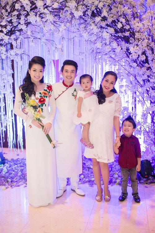 Lê Khánh hạnh phúc bên chồng trong lễ cưới tại Sài Gòn - 18