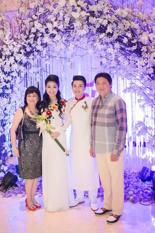 Lê Khánh hạnh phúc bên chồng trong lễ cưới tại Sài Gòn - 19