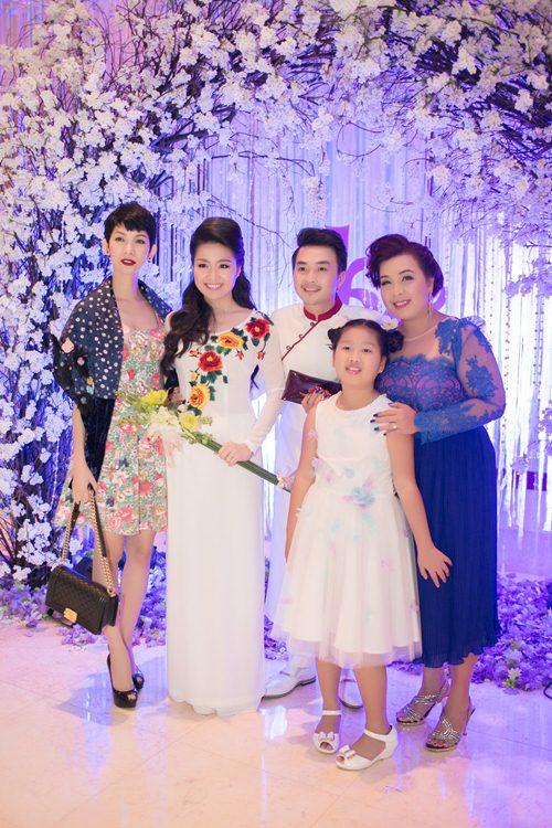 Lê Khánh hạnh phúc bên chồng trong lễ cưới tại Sài Gòn - 20