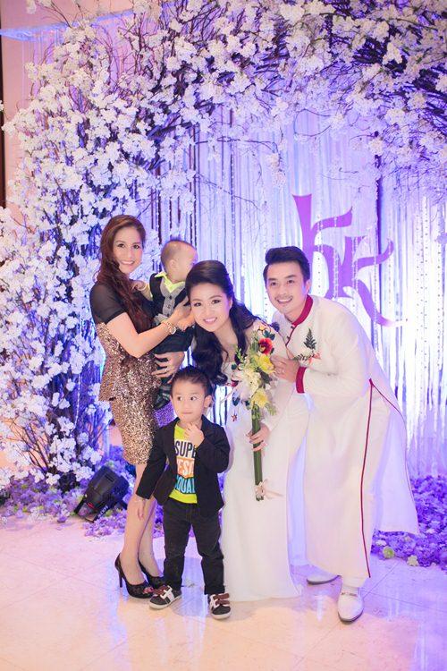 Lê Khánh hạnh phúc bên chồng trong lễ cưới tại Sài Gòn - 22
