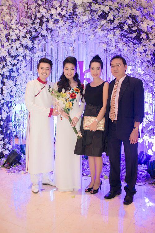 Lê Khánh hạnh phúc bên chồng trong lễ cưới tại Sài Gòn - 23
