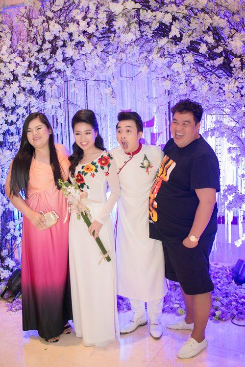 Lê Khánh hạnh phúc bên chồng trong lễ cưới tại Sài Gòn - 25