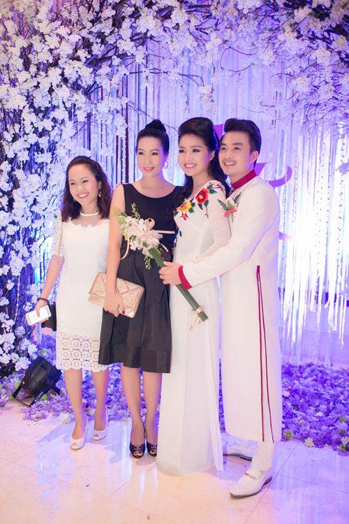 Lê Khánh hạnh phúc bên chồng trong lễ cưới tại Sài Gòn - 24