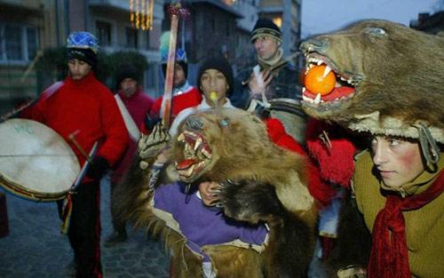 Phong tục đón năm mới kỳ lạ ở các quốc gia trên thế giới - 7